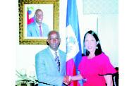 L'ambassadeur Michèle  J. Sison visite le Premier ministre Jean Michel Lapin