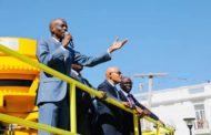 Le chef de l'Etat Jovenel Moïse remet des équipements et matériels au ministre des TPTC